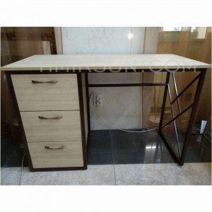 Необычный письменный стол на металлокаркасе